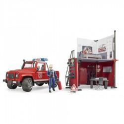 Gaisrinė stotis su Land Rover Defender ir ugniagesiu